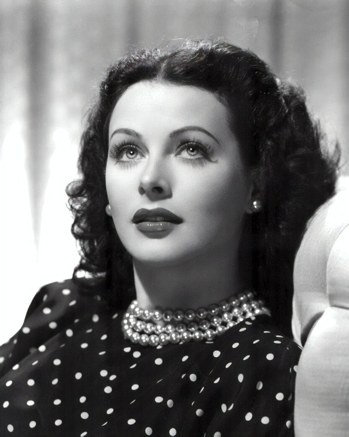 19hedy_lamarr_publicity_photo_for_the_heavenly_body_1944-magic
